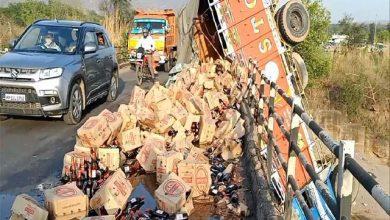 Photo of हिमाचल में बीयर से लदा ट्रक पुल से नीचे गिरा, 2 लोगों की ही मौत, 2 घायल