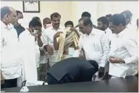 Photo of तेलंगाना: सिद्दीपेट के कलेक्टर ने मुख्यमंत्री के पैर छुए, Video वायरल