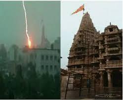 Photo of गुजरात: द्वारकाधीश मंदिर पर गिरी बिजली तो लोग बोले- भगवान ने हमें बचा लिया