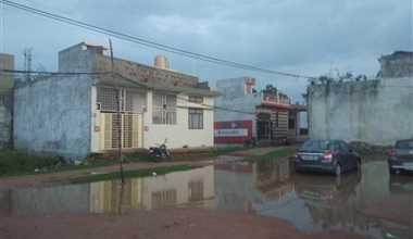 Photo of झमाझम बारिश से भरा पानी, युवाओं ने लिया नाव की सवारी का लुत्फ, गरीबो के गिरे आशियाने