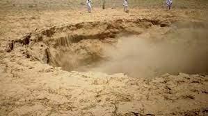 Photo of बीकानेर में अचानक धंसी जमीन, खेत में हुआ 60 फीट का गड्ढा, दहशत में लोग