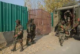 Photo of जम्मू-कश्मीर: छानपोरा इलाके में आतंकियों और सुरक्षाबलों के बीच गोलीबारी, ऑपरेशन लगातार जारी