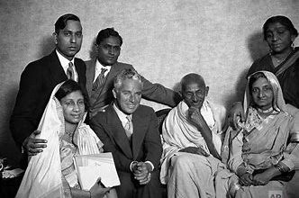 Photo of महात्मा गांधी से मिलने जाते वक्त चार्ली चैपलिन इतने नर्वस थे कि पूरे रास्ते रिहर्सल करते हुए गए,